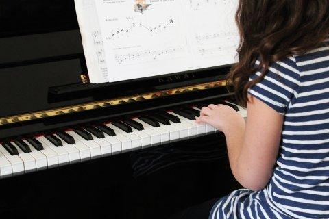 Niña tocando piano, descubrir el talento
